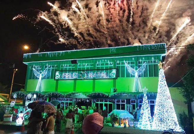 Iluminação de natal da Cermoful vira atração para fotos