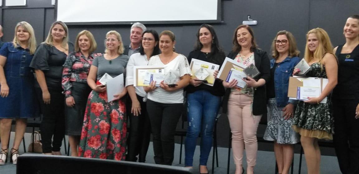 Professora de Criciúma ganha prêmio e reforça a importância da Educação