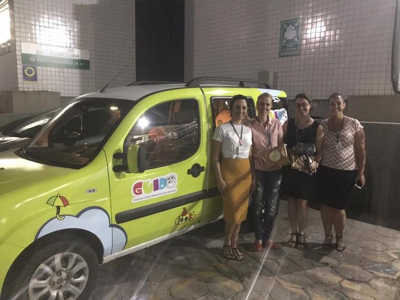 SENAI de Criciúma entrega roupas de super-heróis à Casa Guido