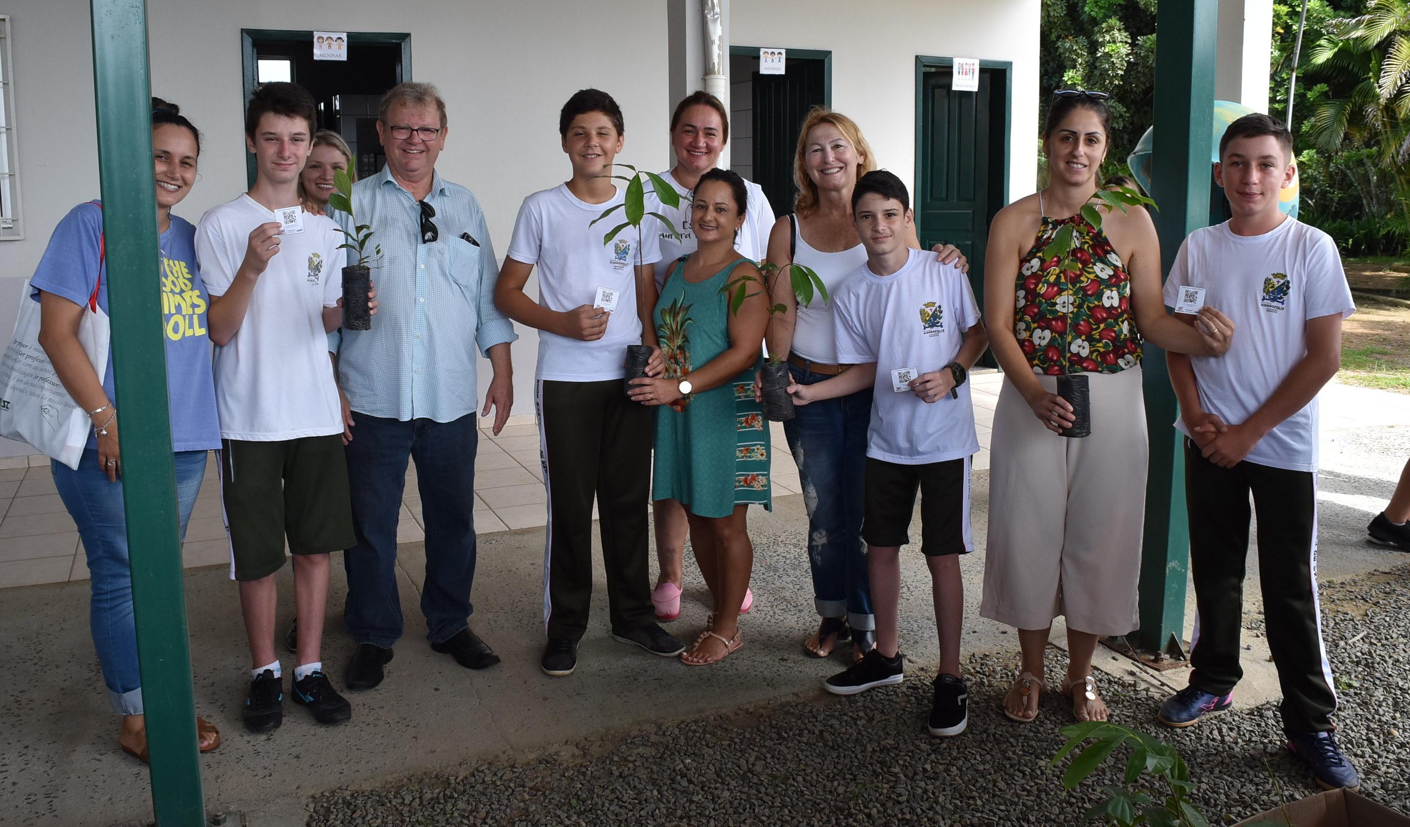 """Alunos de Siderópolis recebem mudas do projeto """"cada aluno uma árvore"""""""