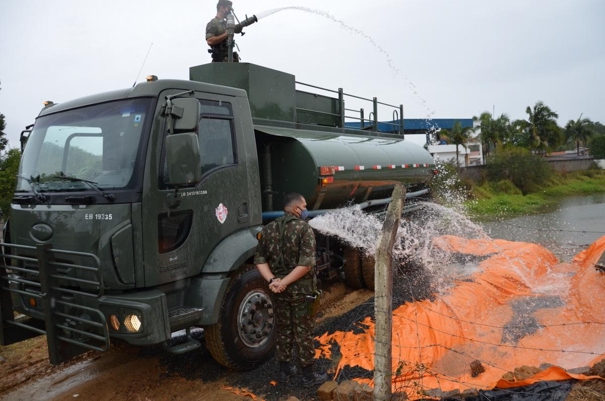 Exército socorre Cocal do Sul com transporte de água